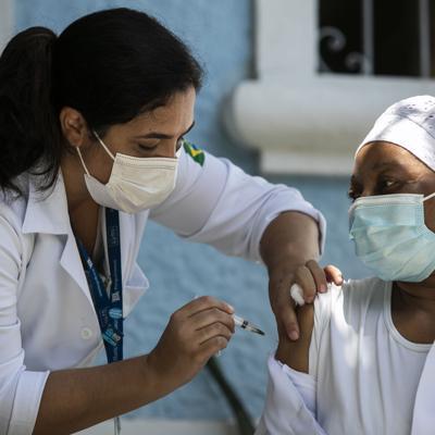 Brasil espera cargamento de vacunas desde India