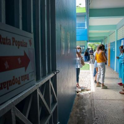 Se retiran de cinco municipios funcionarios de colegio del PPD