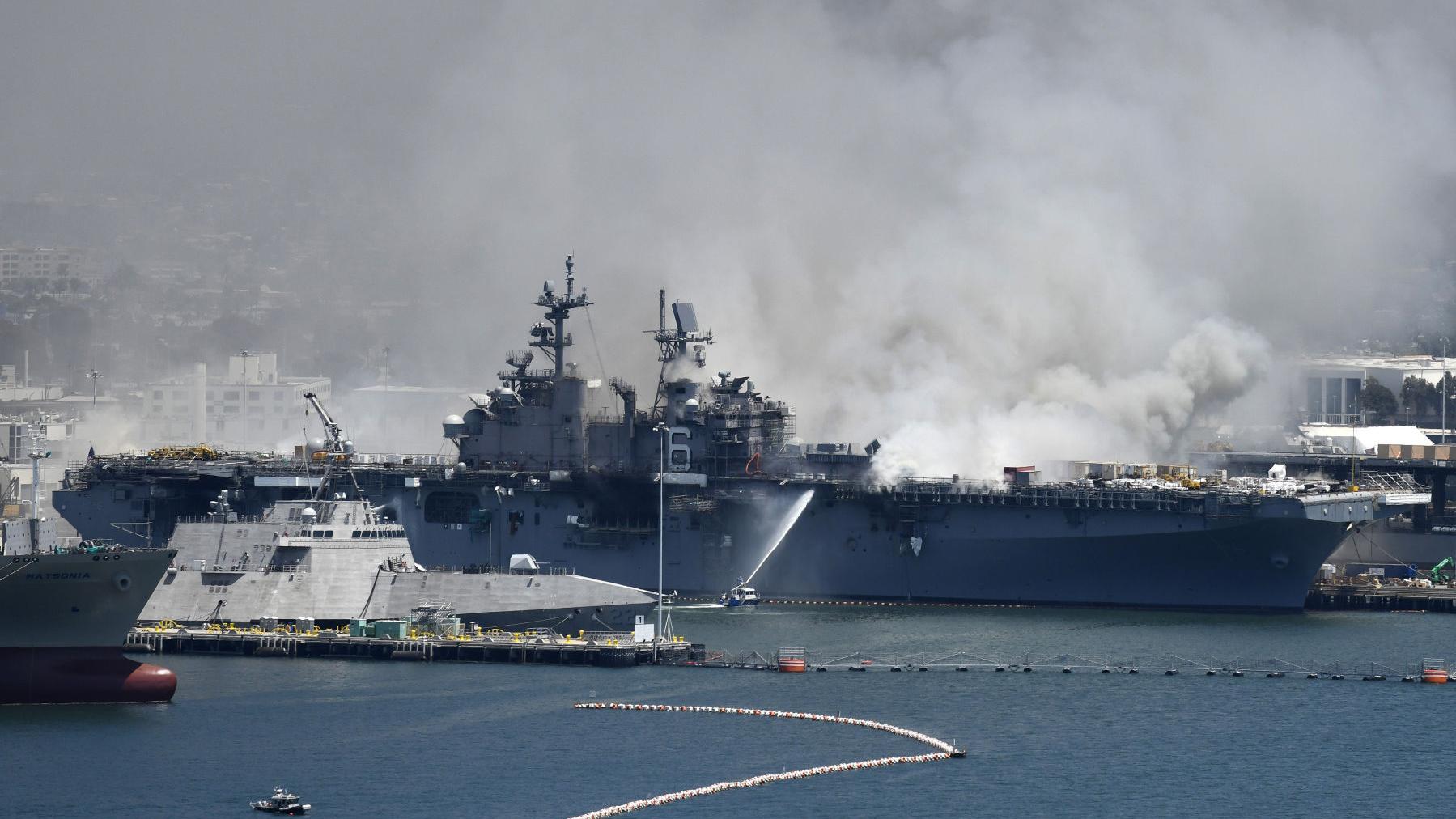Continúa incendio en buque de Marina de EE.UU.
