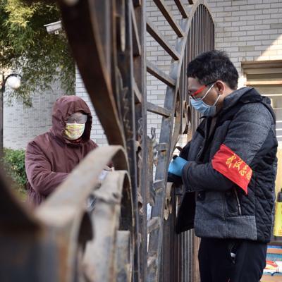 China reporta fuerte caída en casos nuevos de coronavirus