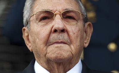 Raúl Castro participa de una reunión en medio de las protestas en Cuba