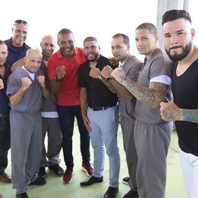 Ex boxeadores entregan equipos deportivos a confinados