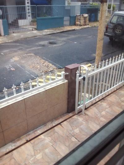 Residentes de urbanización en San Juan claman a la AAA para que atienda querella