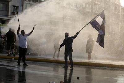 Protestan en Grecia contra propuesta del gobierno para que la vacunación contra el covid-19 sea obligatoria