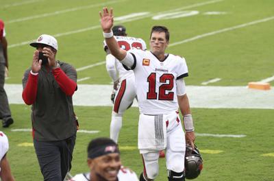 Tom Brady lanza para cinco touchdowns