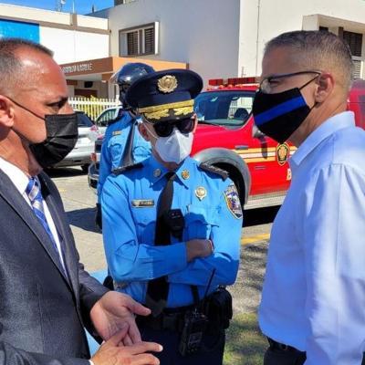 Policía lleva orientación a residentes de Luis Llorens Torres