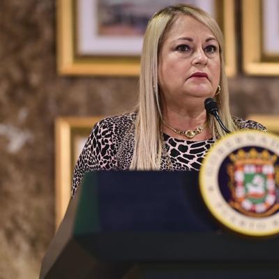 Gobernadora se va de campaña tras conferencia sobre el Covid-19