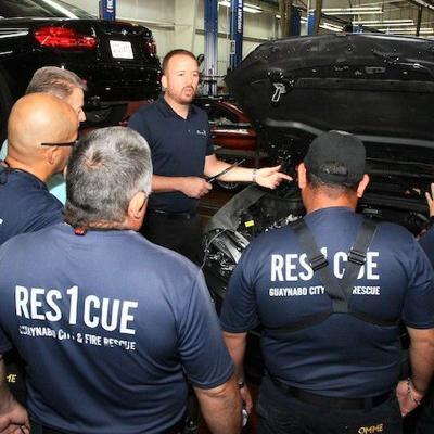 Rescatistas de Guaynabo se adiestran en rescate de vehículos eléctricos