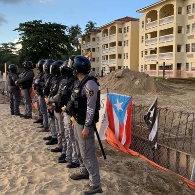 Se caldean los ánimos entre manifestantes y la Policía en manifestación frente al condominio Sol y Playa en Rincón