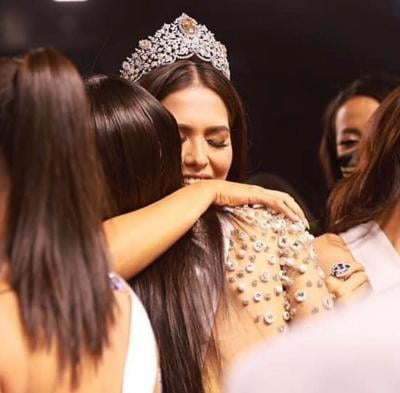 Estefanía Soto abraza a Andrea Meza