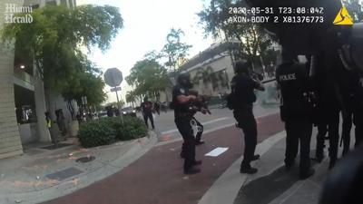Video: Policías de Florida ríen tras disparar balas de goma