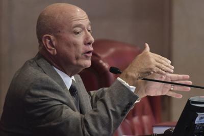 Larry Seilhamer presenta su renuncia al Senado