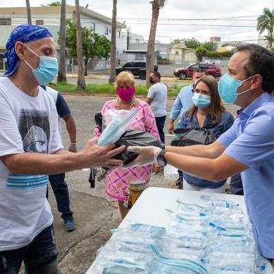 Miguel Romero entrega almuerzos de Acción de Gracias