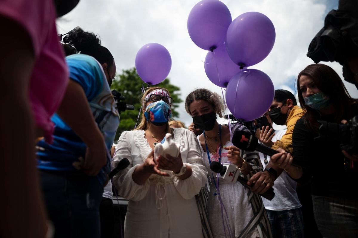 Keila y Bereliz en el funeral de Keishla Rodríguez