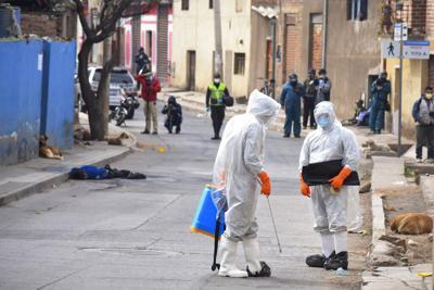 Sacan a la calle cadáver de fallecido por Covid-19