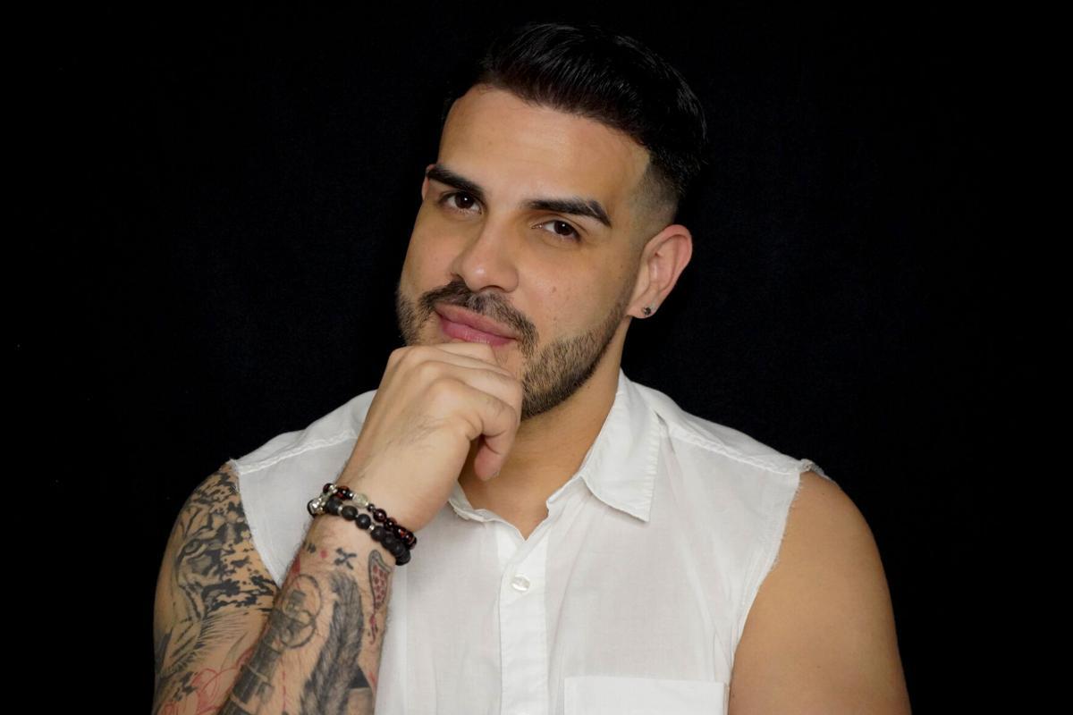 Victor Santiago camisa blanca.jpg