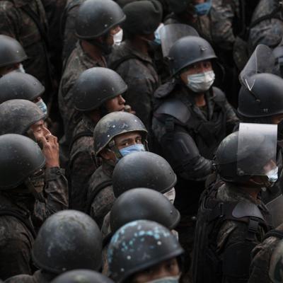 Fuerzas de Guatemala rocían gas lacrimógeno a migrantes