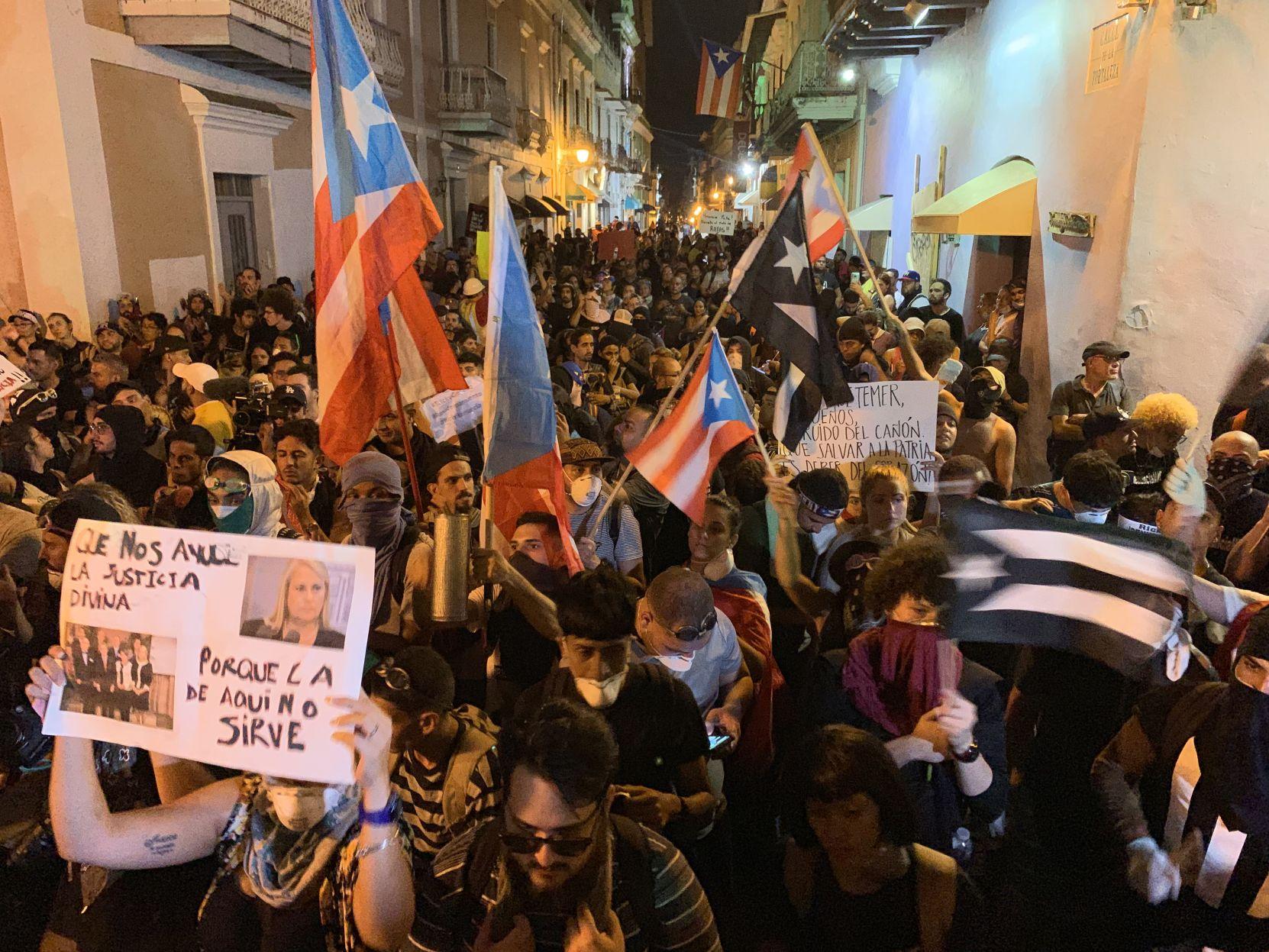 Oran por los manifestantes frente a La Fortaleza