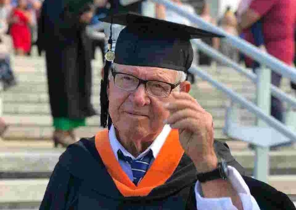 Se gradúa de ingeniería industrial a sus 78 años