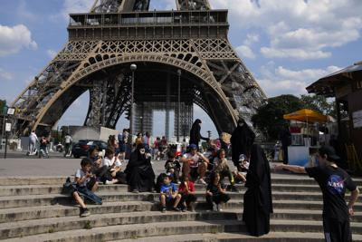 Eliminan el uso de mascarilla y el toque de queda en Francia
