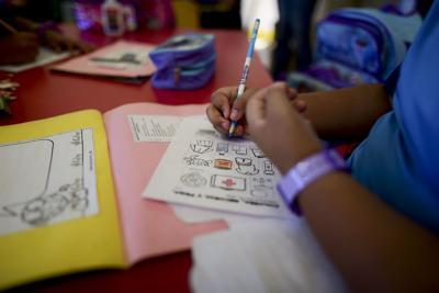 Gobernadora firma medidas que enmiendan la Reforma Educativa