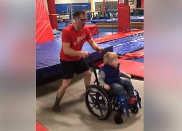 Viral: Niño en silla de ruedas disfruta del trampolín
