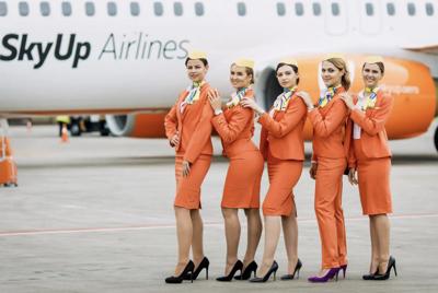 Ni tacos ni faldas, las azafatas de esta aerolínea lucen uniformes bien diferentes