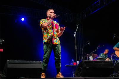 """Cientos llegan al primer concierto """"drive-in"""" en Puerto Rico"""