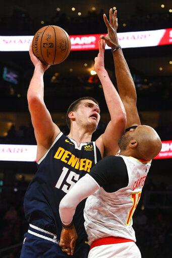 Jokic prodiga 47 puntos; Nuggets derrotan a Hawks