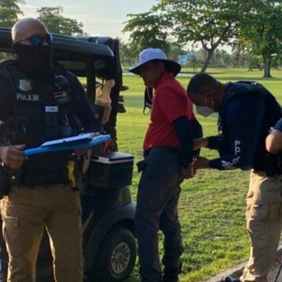 Bajo arresto empresario que mató a perro en campo de golf en Río Grande
