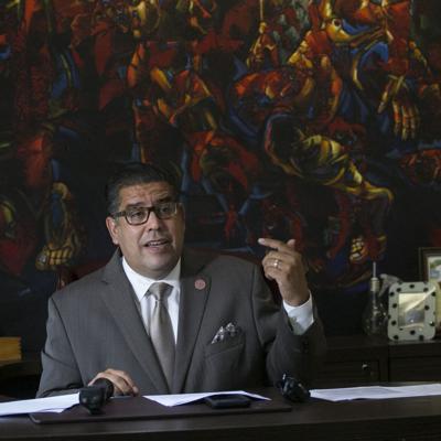 Tribunal requiere evidencia a Tatito Hernández en demanda por transición