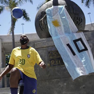 Brasileños lloran la muerte de Diego Maradona
