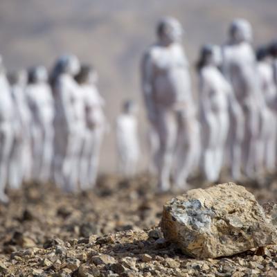 Un artista recluta a 300 personas para fotografiarse desnudas frente al Mar Muerto