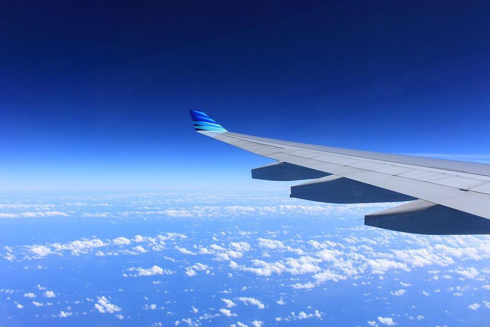 Hombre salta sobre ala de avión cuando se disponía a despegar