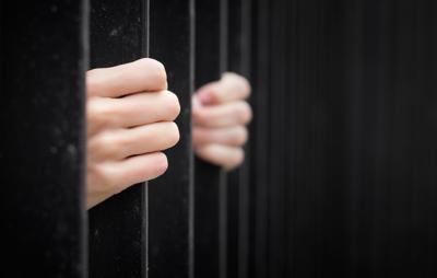 Mujer finge su muerte para evitar condena por fraude