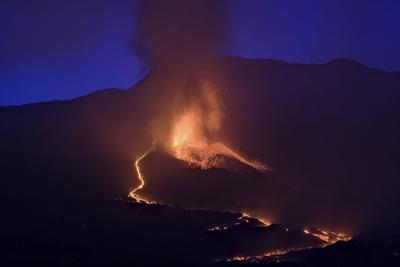 Reabre el aeropuerto en la isla española con erupción volcánica