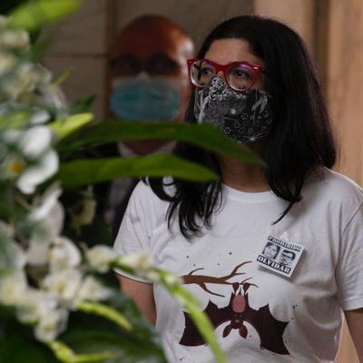 Mariana Nogales protagoniza protesta pasiva en actos fúnebres de Romero Barceló