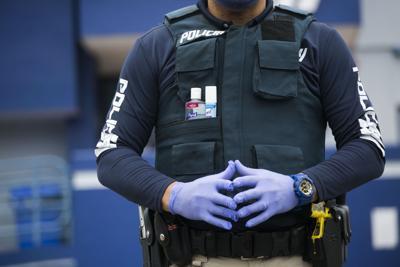 Policía reparte 10,000 esposas plásticas