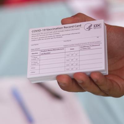 Un hombre fue acusado por utilizar una tarjeta de vacunación falsa para asistir a un evento en la región oeste