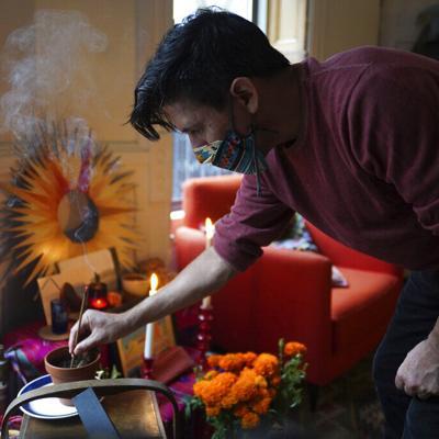 Para latinos en EEUU, el Covid-19 pesa en el Día de Muertos