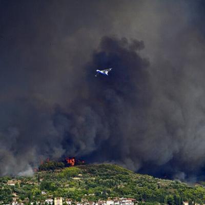 Grecia evacúa una isla mientras los bomberos combaten incendios