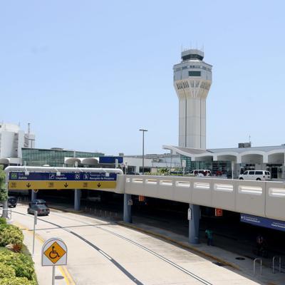 Arrestan en el aeropuerto a dominicano con visa falsa