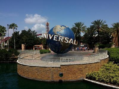 Universal Studios niega ingreso a expolicía por su camisa