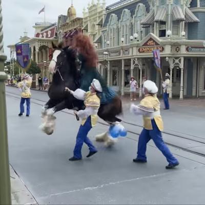 Caballo de princesa pierde el control en la reapertura de Disney World