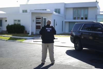 Federales allanan casa de empresario