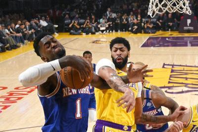 Davis se golpea la espalda, Lakers vencen 117-87 a Knicks