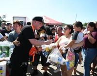 Artistas del género urbano entregan suministros en el sur