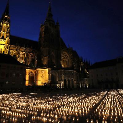 Checos encienden casi 30,000 velas para víctimas de pandemia
