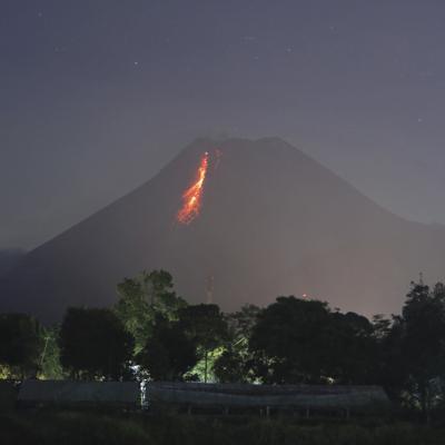 Entra en erupción volcán más activo de Indonesia