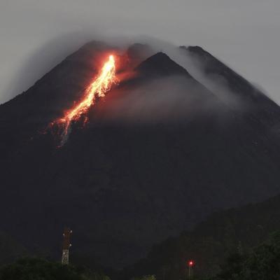 El volcán Semeru de Indonesia arroja nubes calientes